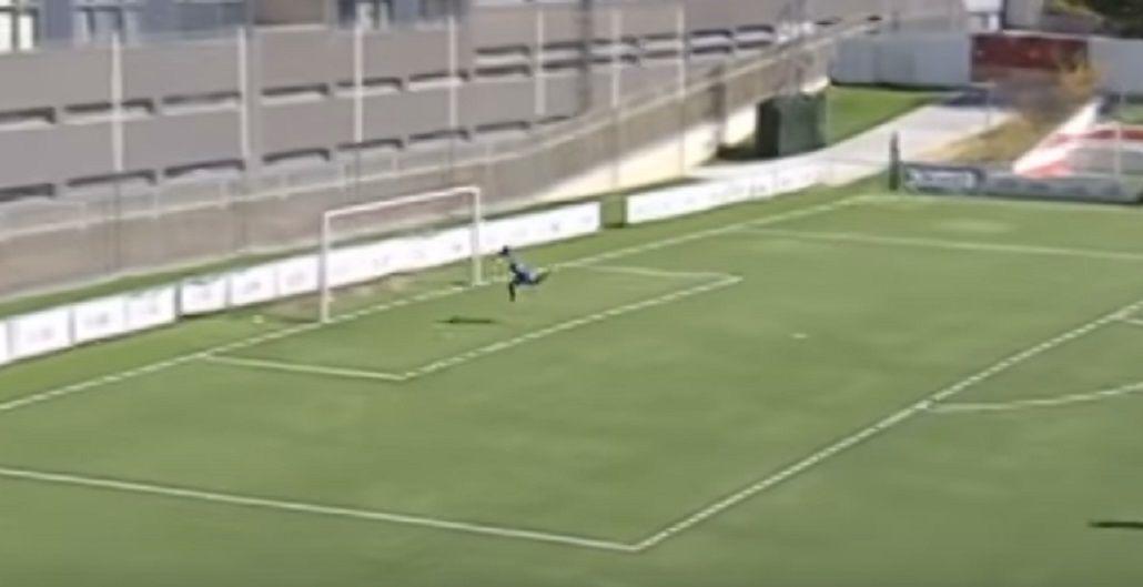 VIDEO: De aire y desde atrás de mitad de cancha, este defensor hizo un verdadero golazo