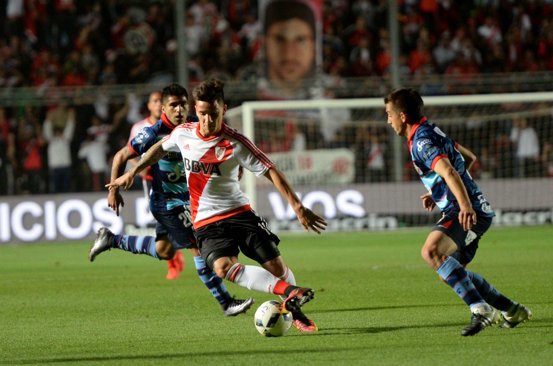Con gol de Alario, River le ganó a Arsenal y pasó a cuartos