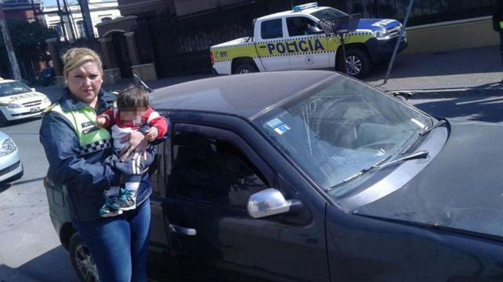 Dejó a su bebé encerrado en el auto durante una hora y se fue a hacer un trámite