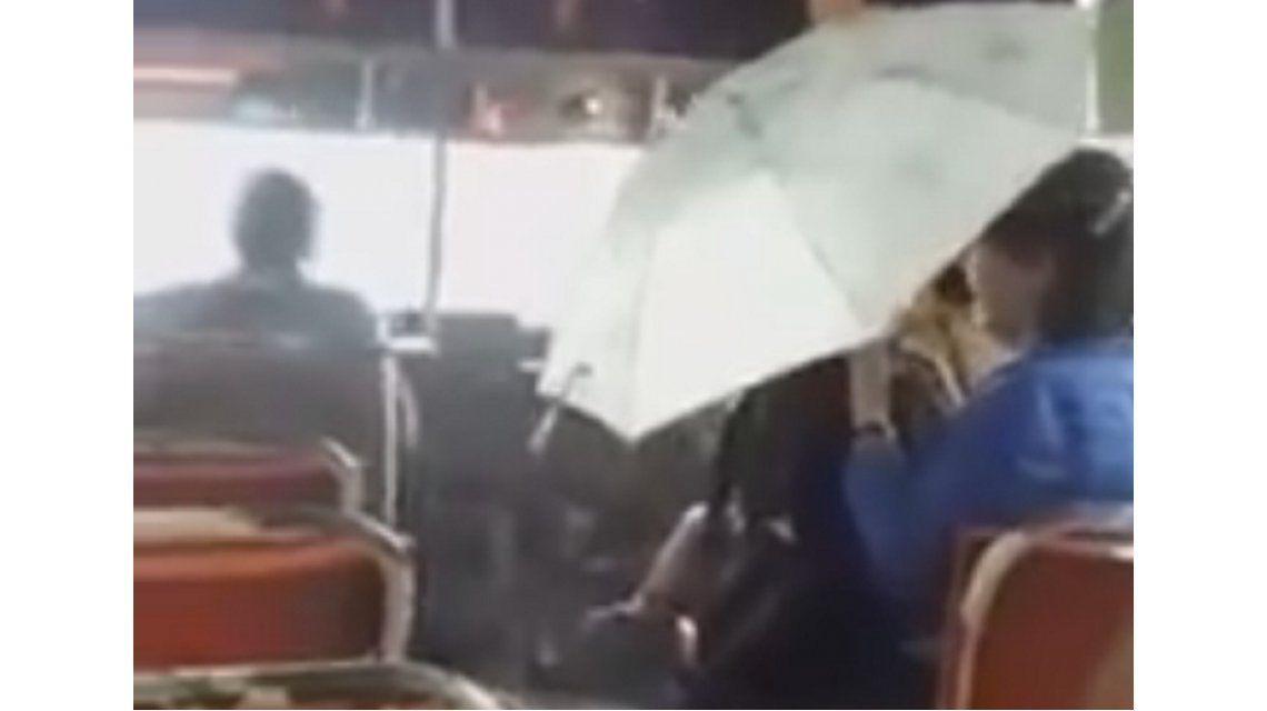 Video: llovía más adentro del colectivo que afuera