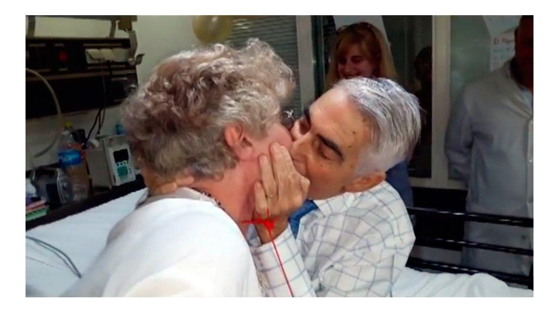 Hasta las lágrimas: estaba internado, se casó en el hospital y emocionó a todos