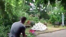 VIDEO: quiso quemar una montaña de basura pero destruyó el jardín