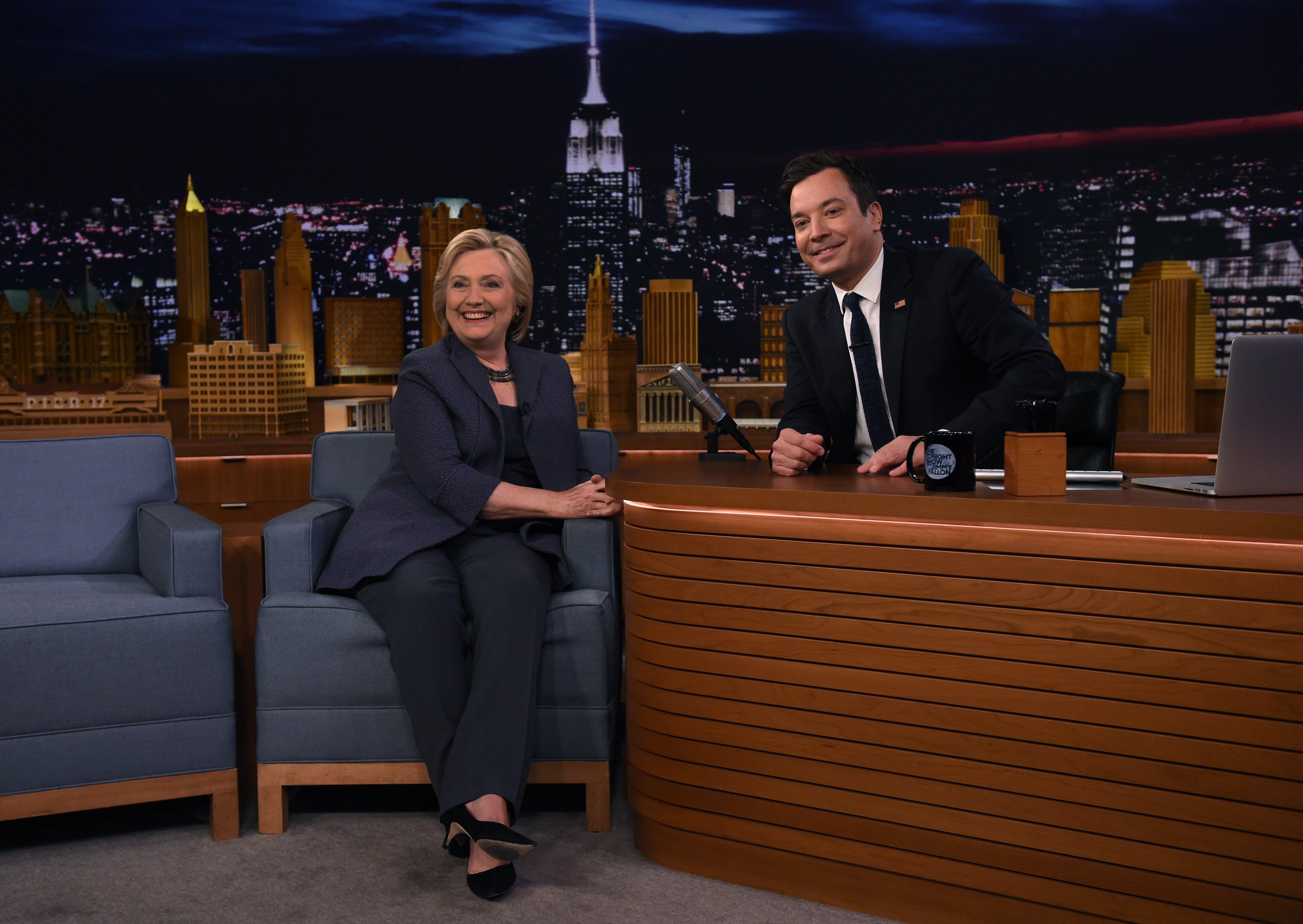 En medio de rumores de enfermedad, Jimmy Fallon recibió a Hillary Clinton con barbijo