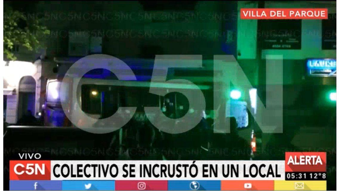 Villa del Parque: colectivo se incrustó contra un local y hay dos personas heridas