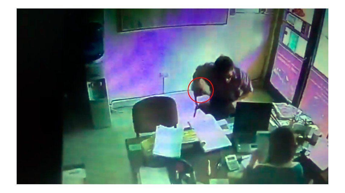 VIDEO: Vestido como cartero, robó en una aseguradora y quiso violar a una mujer