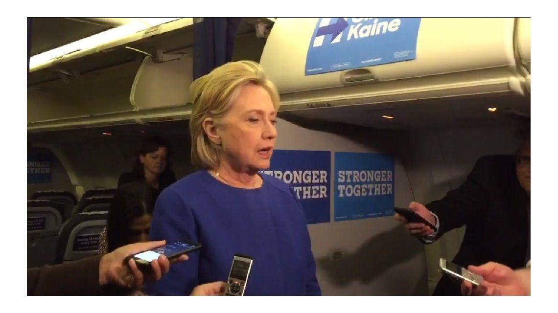 #ZombieHillary: la candidata se mostró muy medicada en declaraciones a la prensa