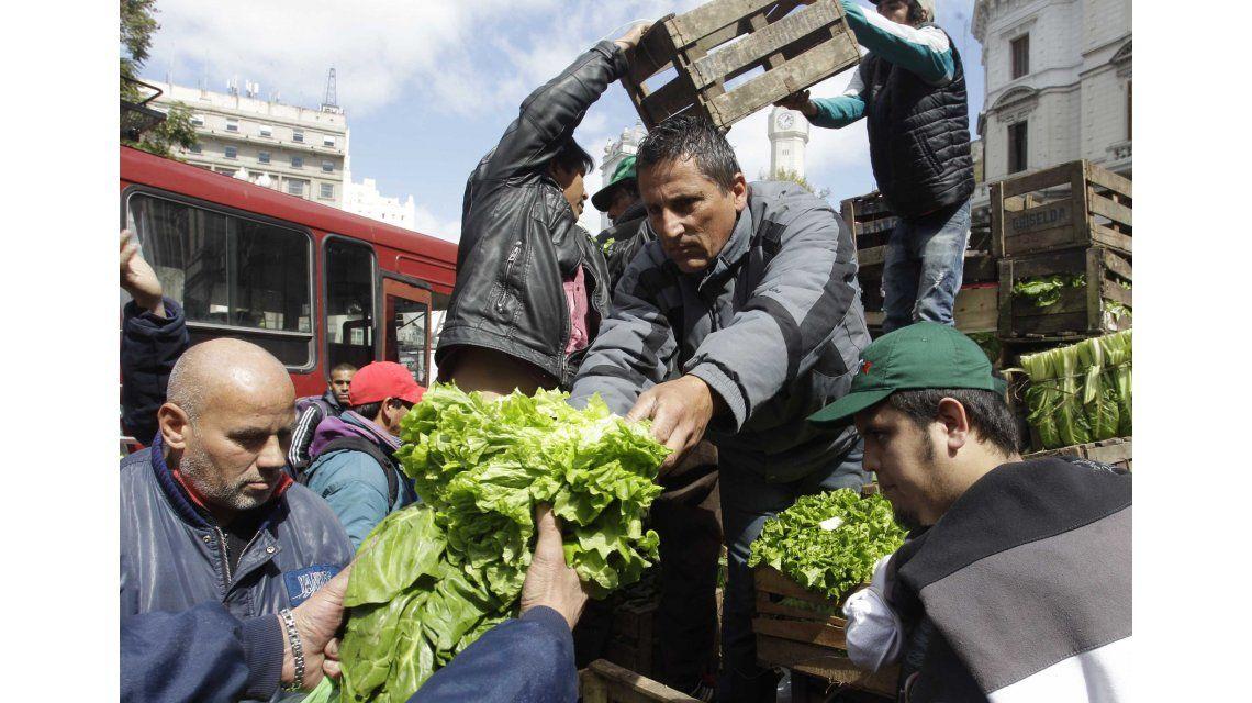 El verdurazo: la gente se amontonó por acelga y verdeo gratis