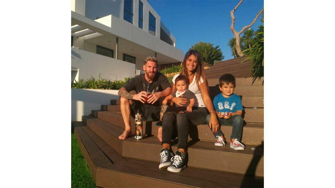 La tierna foto familiar de Messi con Roccuzzo y sus hijos: Los amo