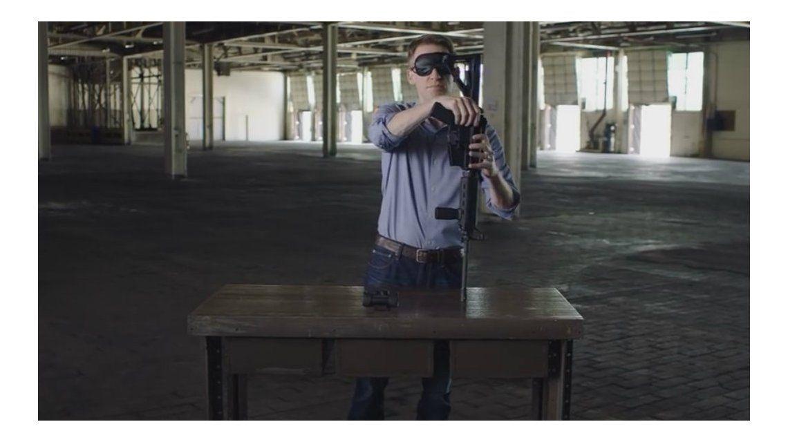 Candidato a senador de los Estados Unidos hace campaña armando un fusil