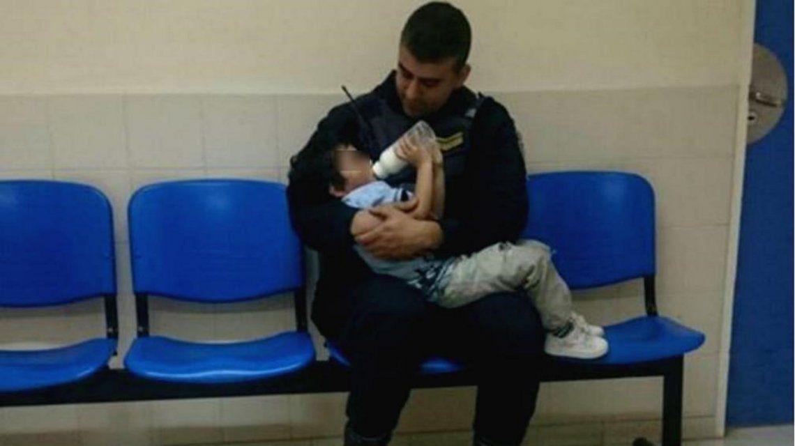 Conmovedor: policías cuidaron de un nene que estaba solo y descalzo