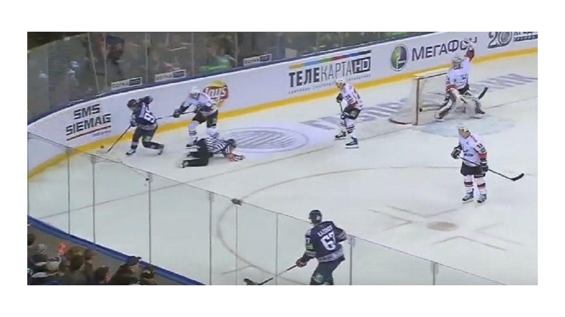 VIDEO: Un árbitro de hockey sobre hielo murió tras un discazo