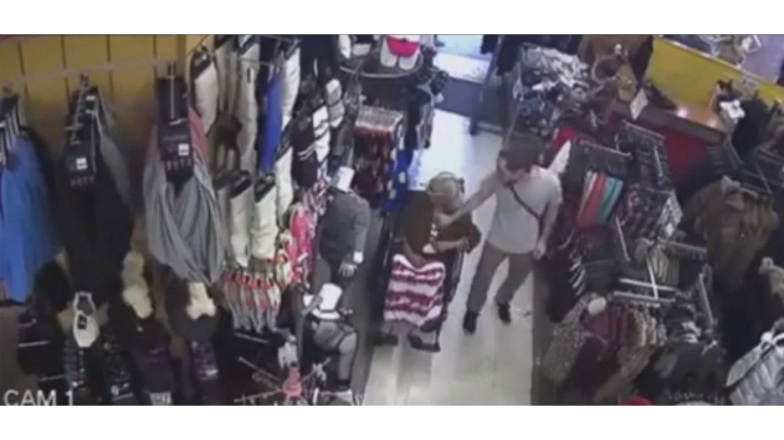 VIDEO: Le robó a una señora de 93 años que estaba en silla de ruedas