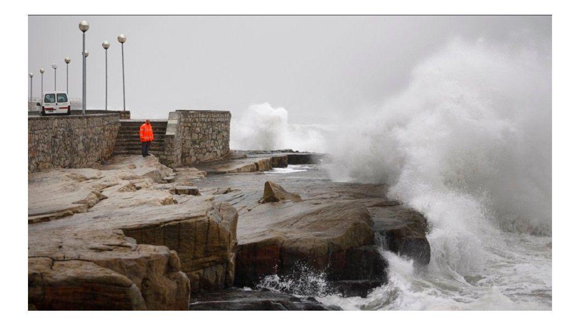 Las imágenes del violento temporal de viento y olas en la Costa Atlántica