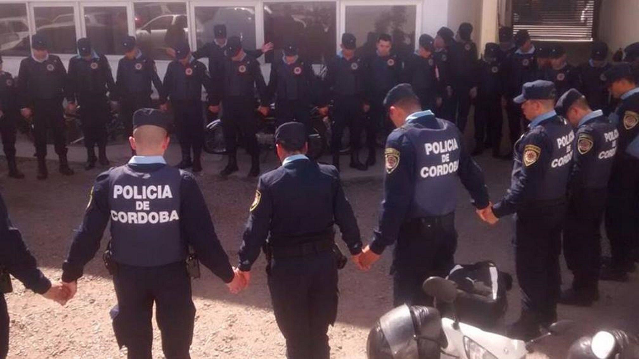 La  foto de policías rezando antes de salir a patrullar que se viralizó en las redes