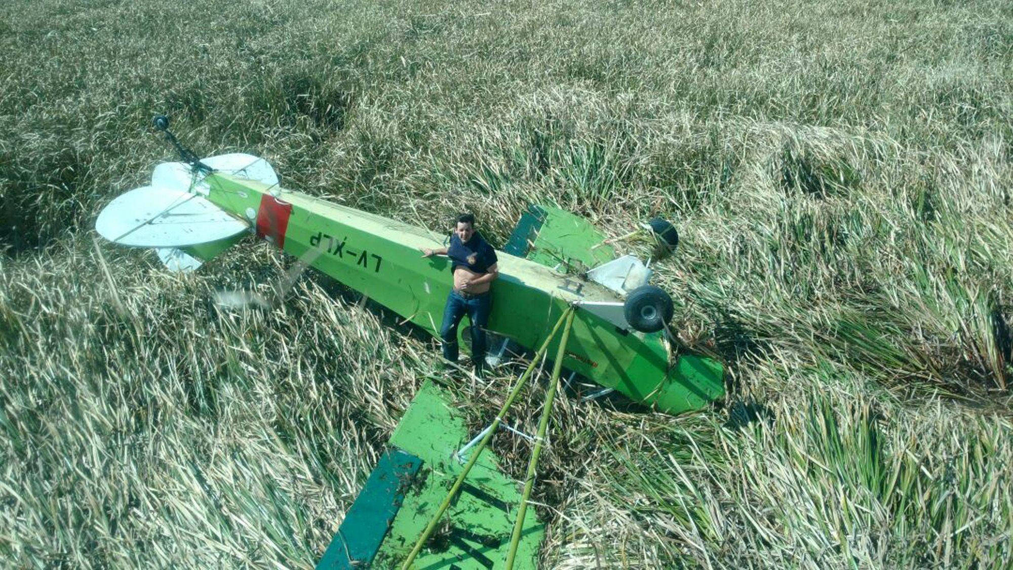 Milagro: cayó avioneta en un bañado y logran rescatar a salvo al piloto