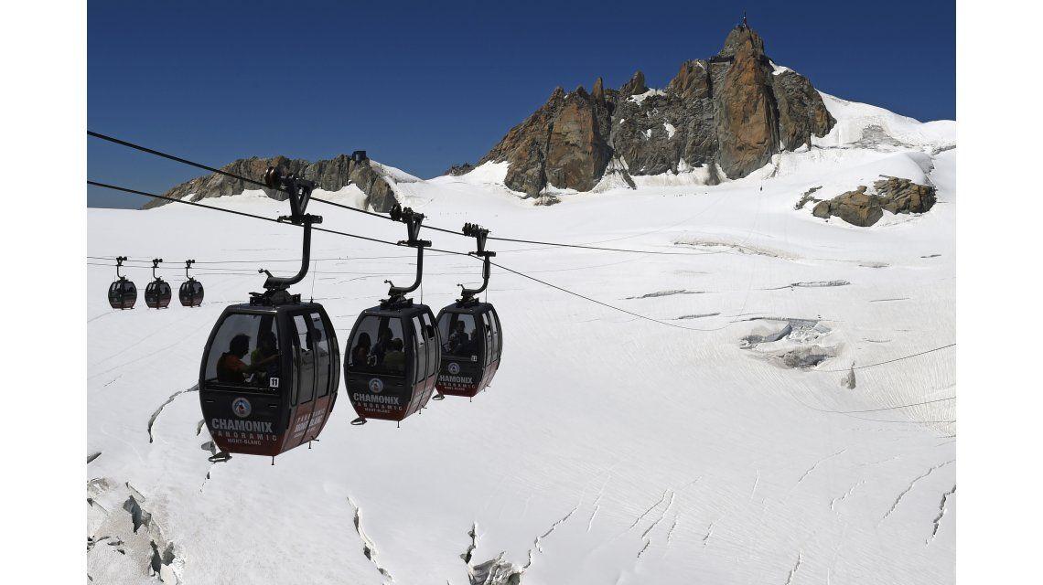 Más de 100 personas quedaron atrapadas en un teleférico en los Alpes Franceses