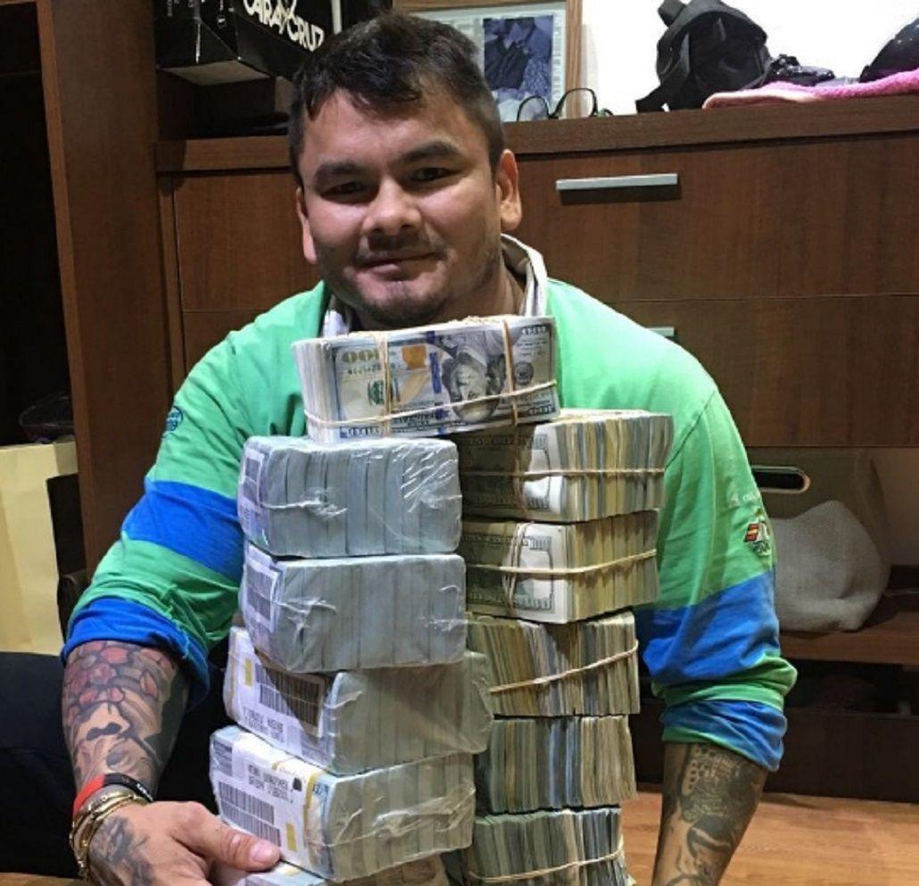 A lo Mayweather, Maidana posó con miles de dólares y causó indignación