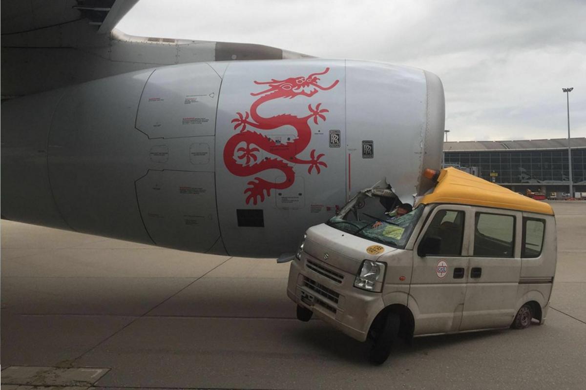 Insólito: un auto chocó a un avión en el aeropuerto de Hong Kong