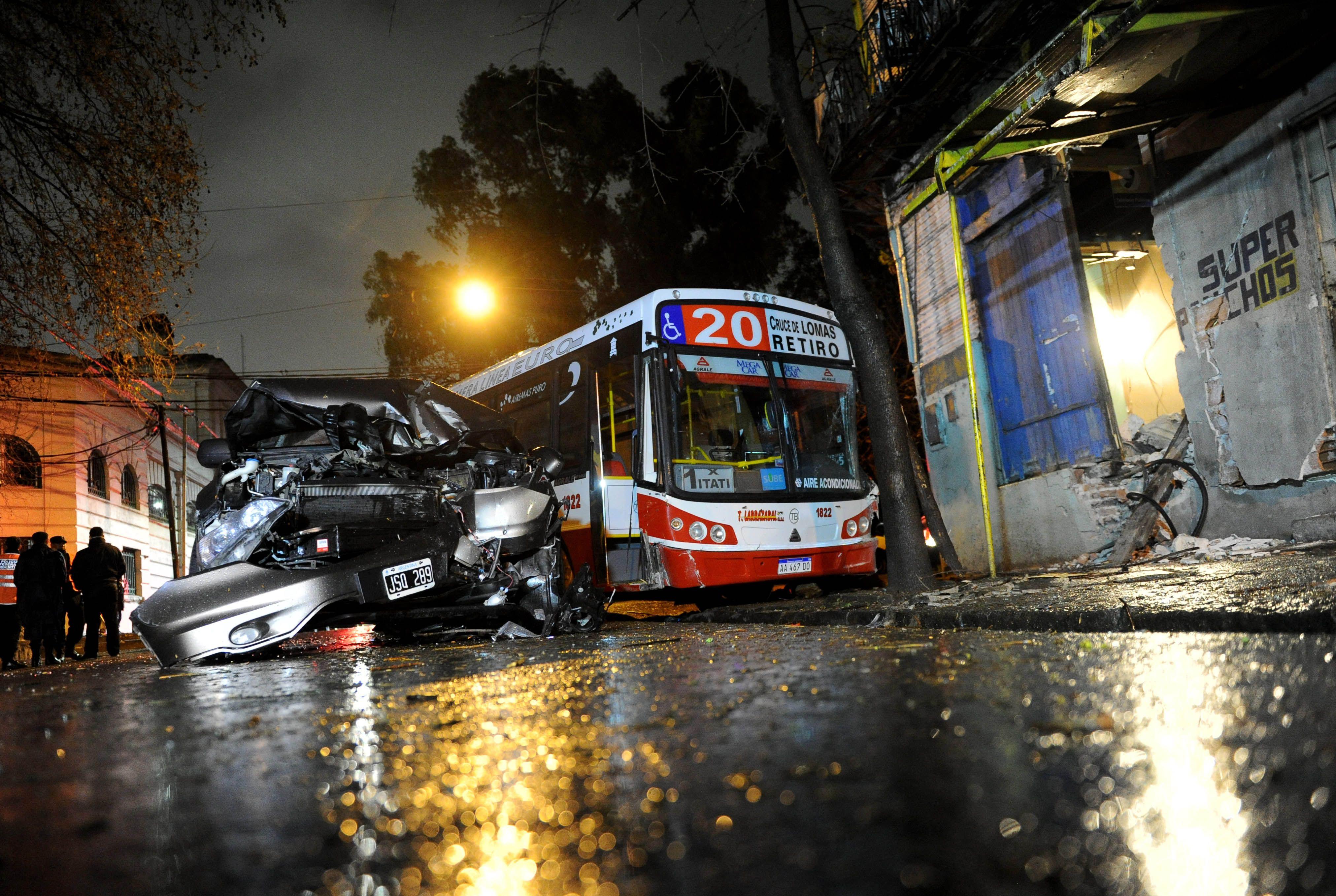 Un colectivo se incrustó en una casa en La Boca: al menos 15 heridos