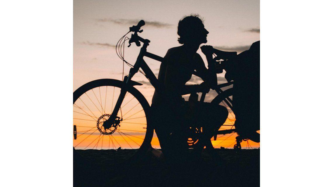 Titán: sin aparato digestivo, lucha contra el cáncer y recorre Latinoamérica en bicicleta
