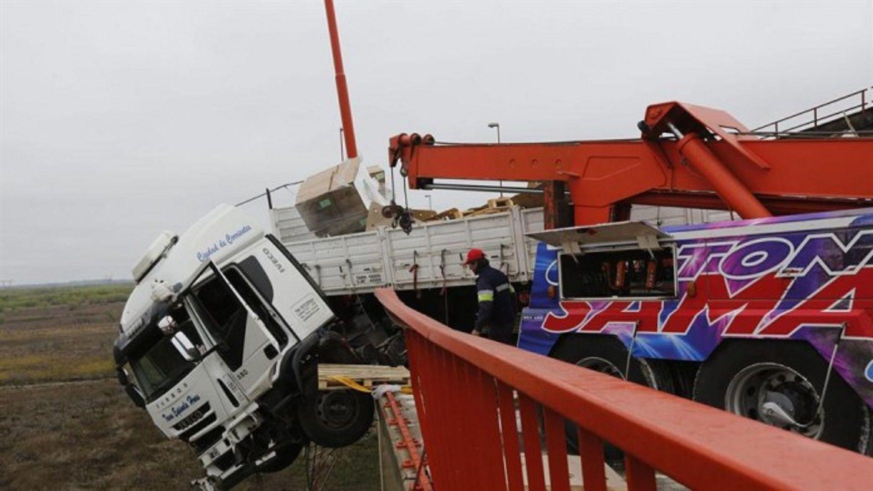 Lograron retirar el camión que quedó colgado en el puente de Zárate Brazo Largo