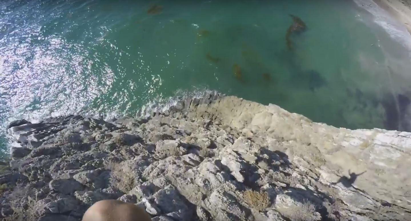 Un video que te dejará sin aire: se tira de un acantilado y casi termina en tragedia