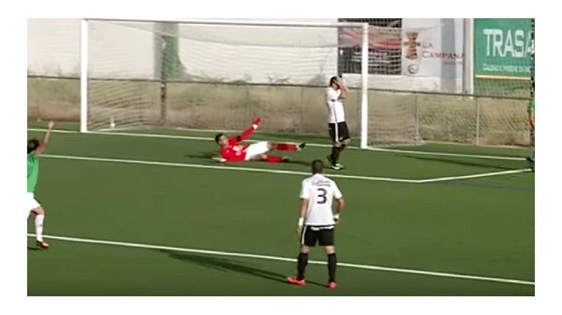 Hizo un gol en contra insólito y su club lo consoló de una manera particular