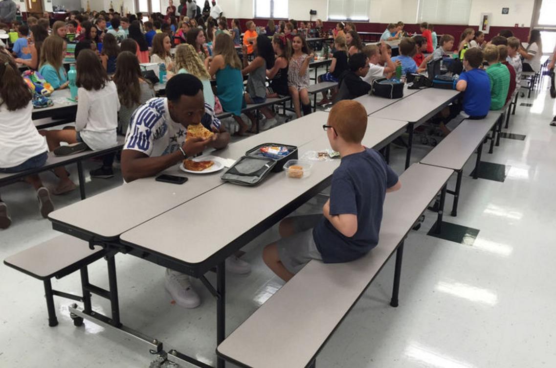 Una estrella del fútbol americano se sentó a comer con un chico autista