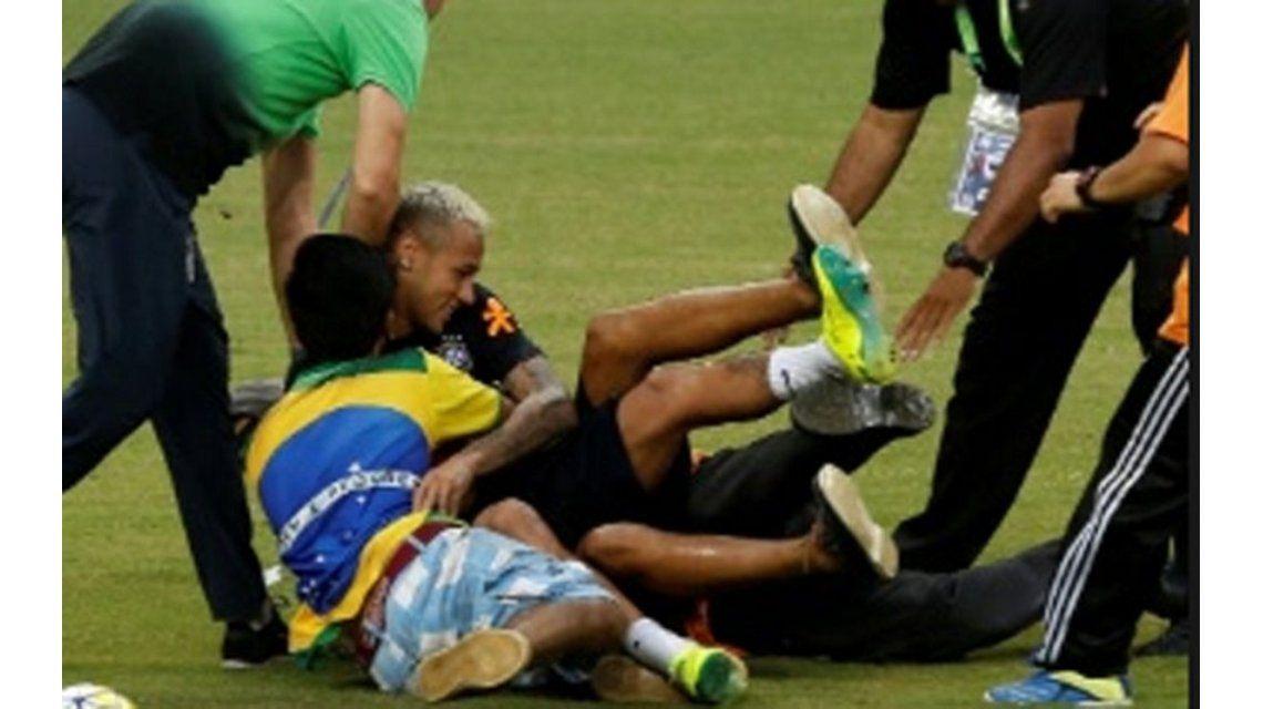 Invasión en plena práctica: hinchas entraron a saludar a Neymar y casi lo lesionan