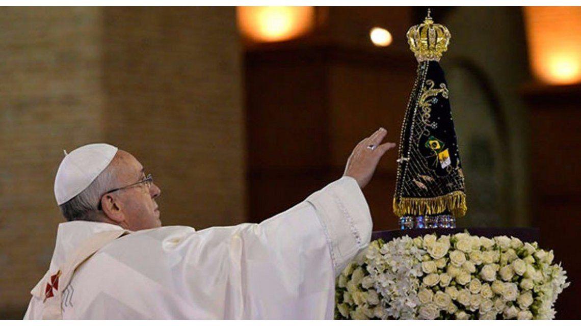 El papa Francisco llamó a rezar por este momento triste que atraviesa Brasil
