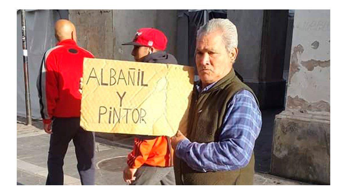 El pintor y albañil que pide trabajo con un cartel en la calle y es furor en Facebook