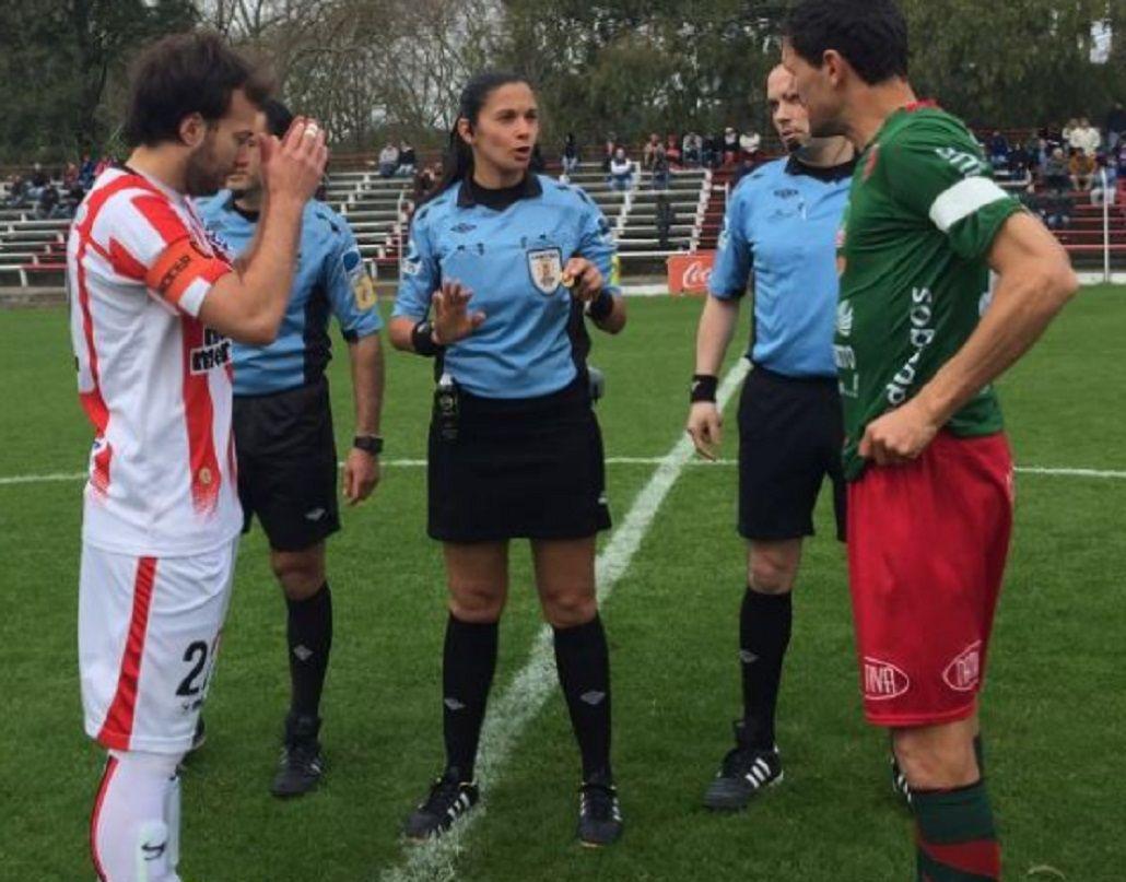 Para imitar: una mujer dirigió un partido de Primera en Uruguay