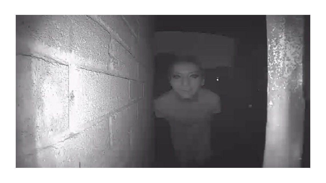 Misterio: publicó la foto de un extraño en la puerta de su casa y desapareció