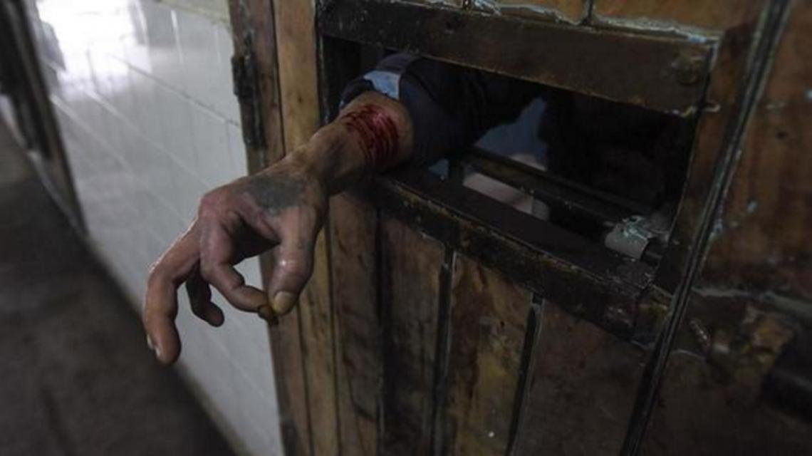 La Procuraduría de Violencia Institucional recorrió Olmos en junio y vio esta imagen de un preso autolesionado para pedir ayuda. (Foto: El Día)
