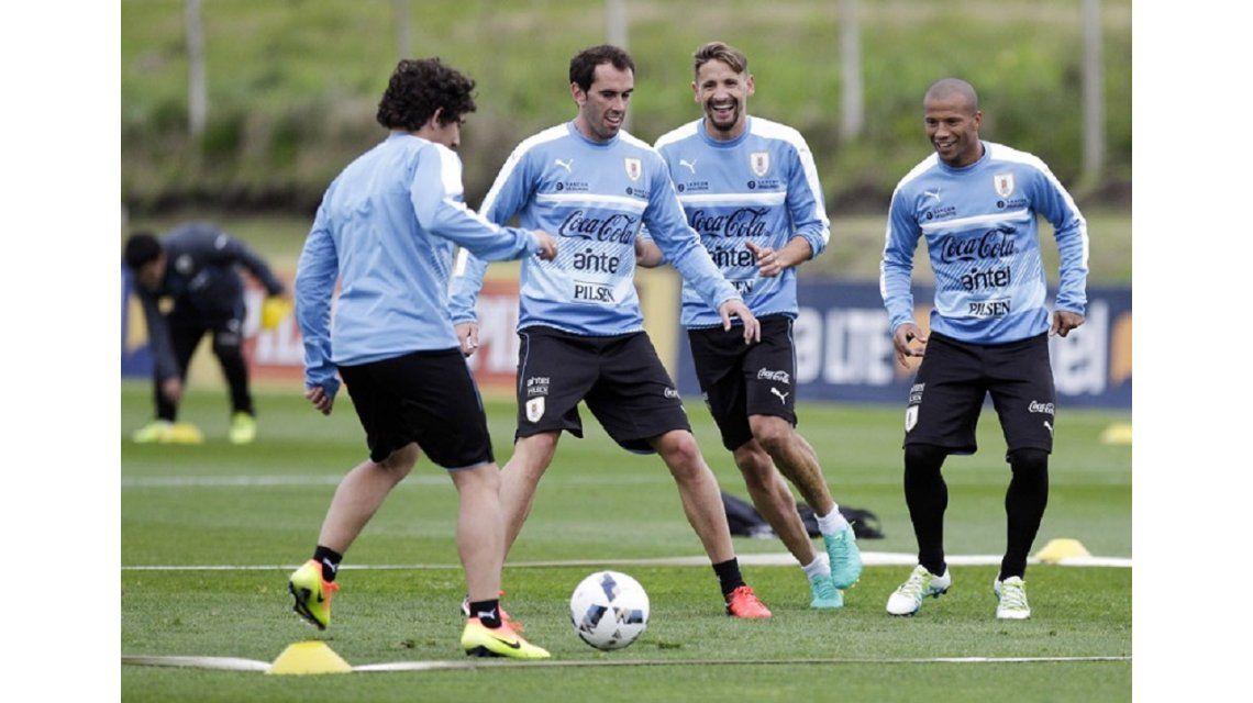 Con éstos 11, Uruguay intentará amargarle el debut a Edgardo Bauza