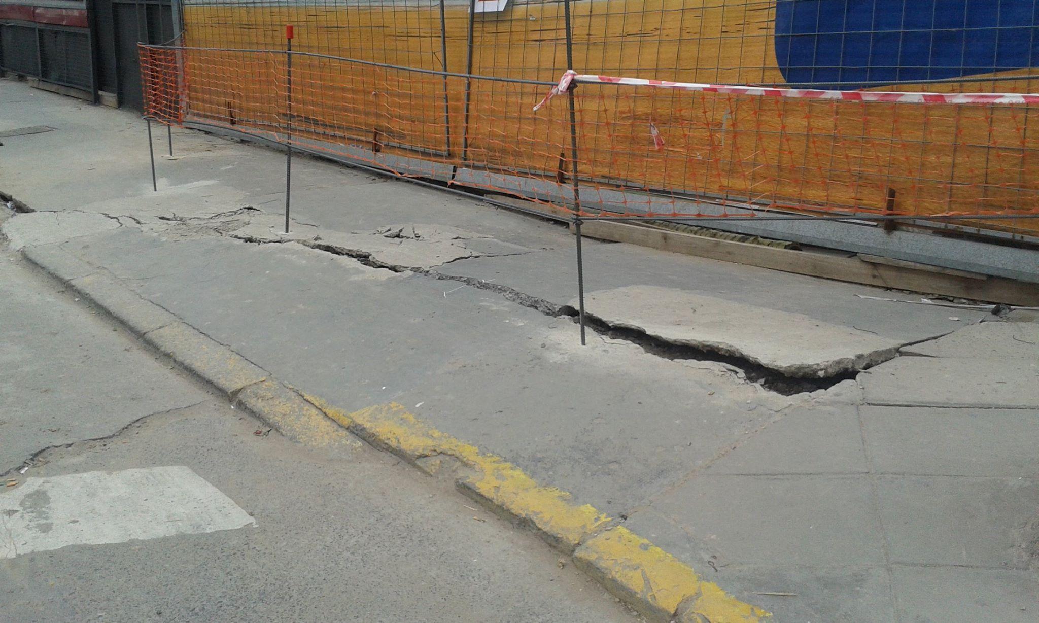 Alarma en Villa Urquiza: una vereda a punto de ser tragada por la tierra
