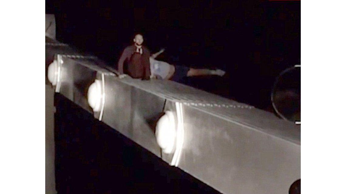 VIDEO: Se quiso suicidar, se arrepintió, pero cayó de un puente