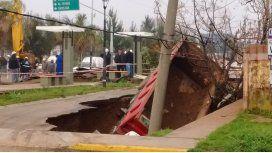 Camión de AySA cayó en un cráter