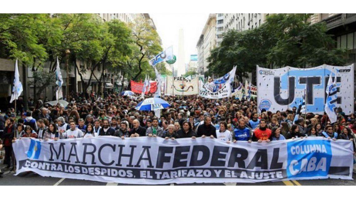 Tras la masiva Marcha Federal, el Gobierno convocó a las dos CTA
