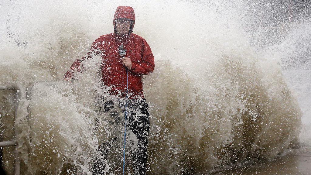 Un meteorólogo pelea contra un huracán mientras sale en vivo en Estados Unidos