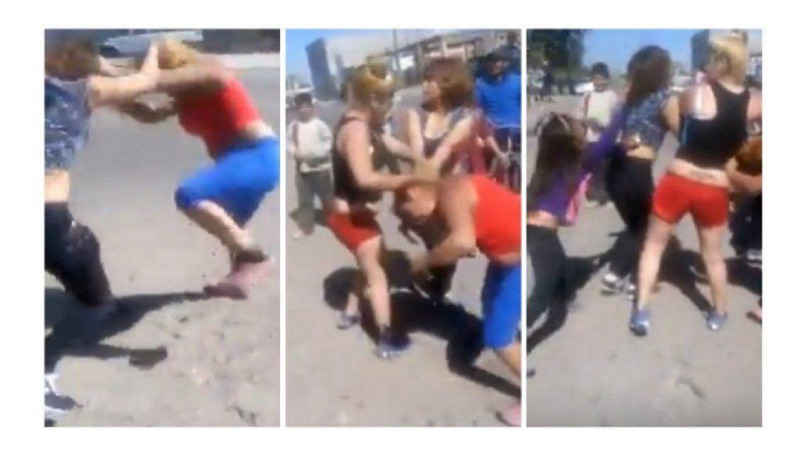 VIDEO: Delante de su hija, se peleó con otra mujer en plena calle