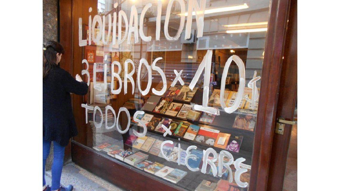 Locura por los libros: largas colas por librería que remata 3 ejemplares a $10
