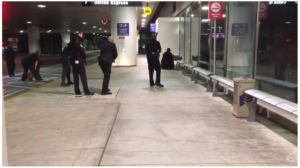 Evacuaron el aeropuerto de Los Ángeles y detuvieron a El Zorro