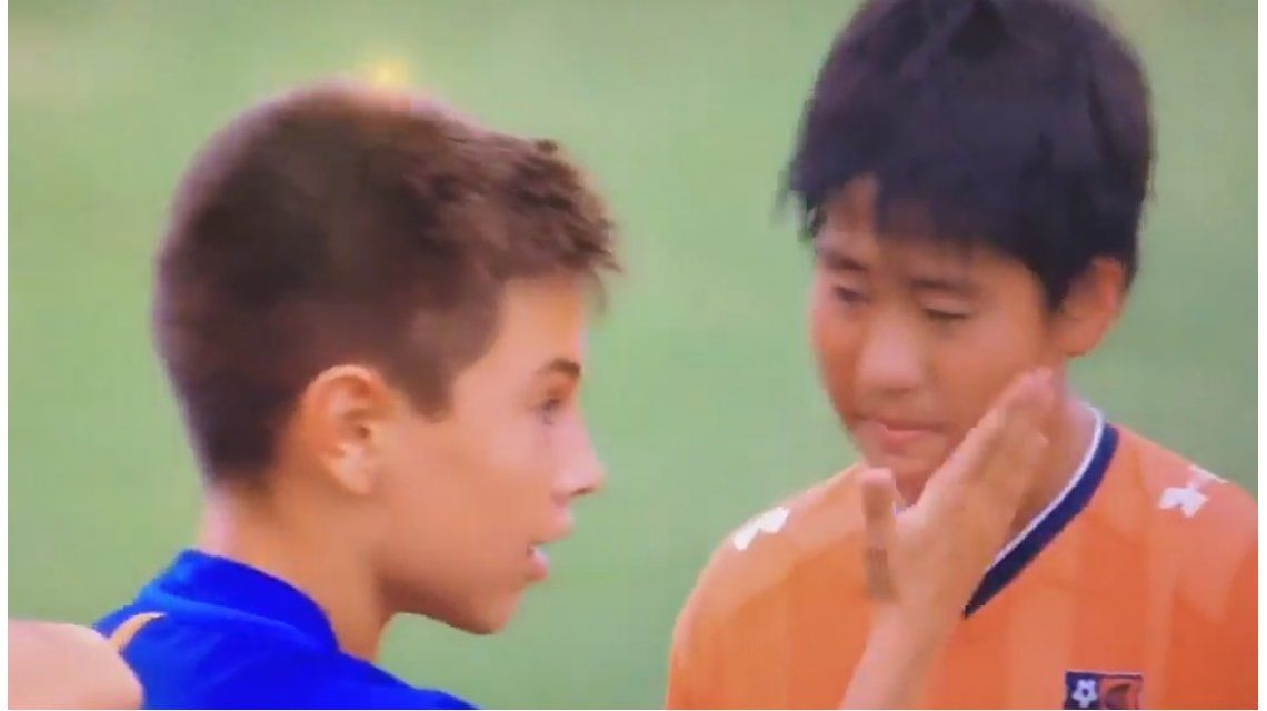 Para imitar: chicos del Barcelona y el conmovedor consuelo a sus rivales