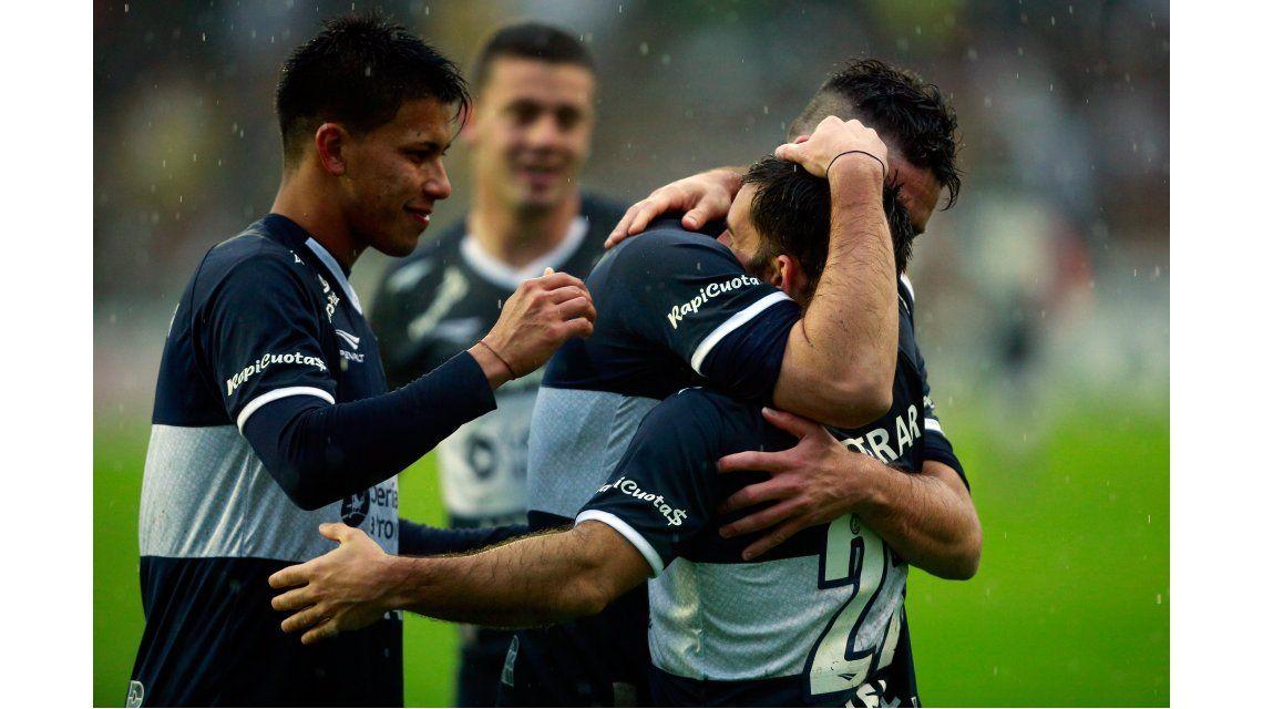 Con 10 jugadores desde el comienzo, Gimnasia le ganó a Vélez en el Bosque