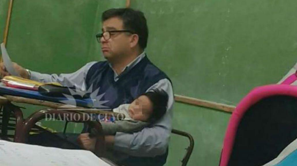 San Juan: un profesor cargó en brazos al hijo de una alumna para que pueda estudiar