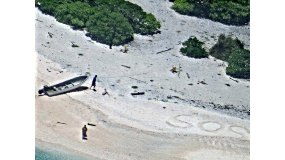 Rescataron a una pareja perdida de una isla desierta gracias a la señal de SOS que escribió en la arena