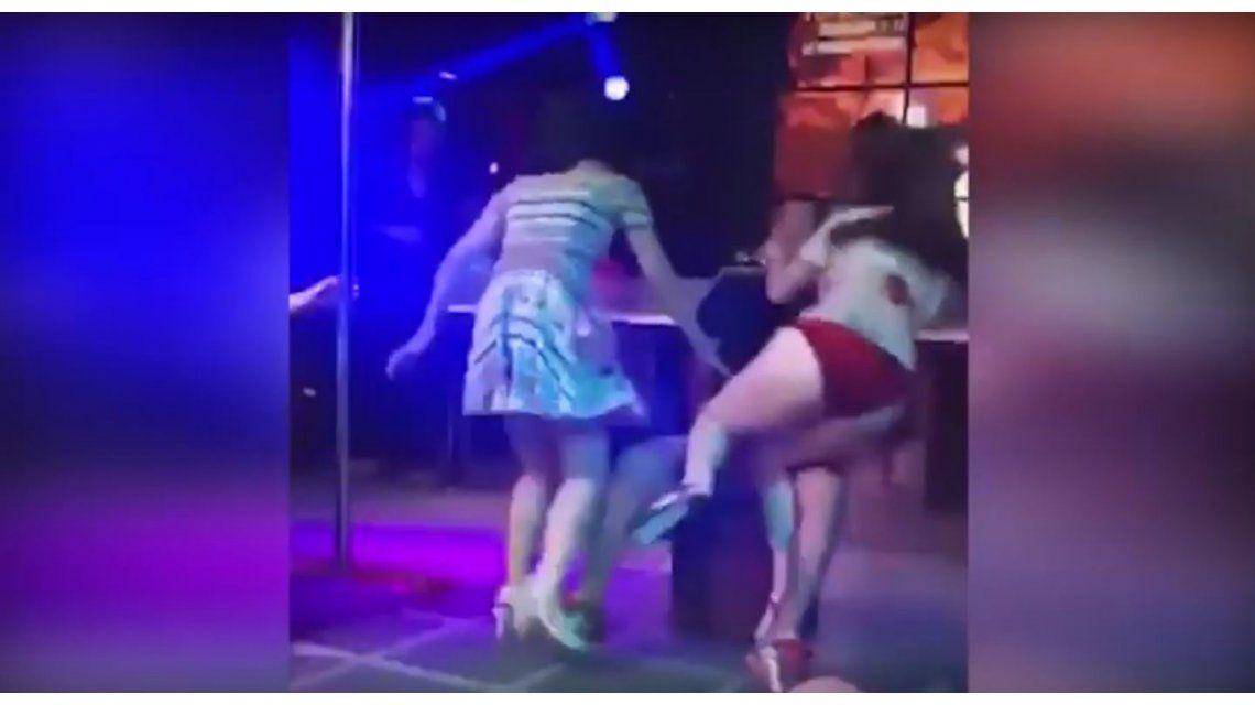 VIDEO: Una mujer enfureció contra una stripper y se llevó a su novio del escenario