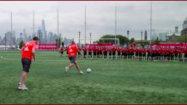 VIDEO: Dos estrellas mundiales jugaron un partido de fútbol ante 40 chicos