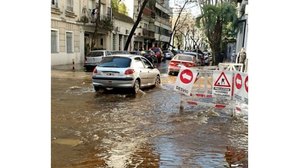 Belgrano bajo el agua: se rompió un caño y los vecinos no pueden salir de sus casas